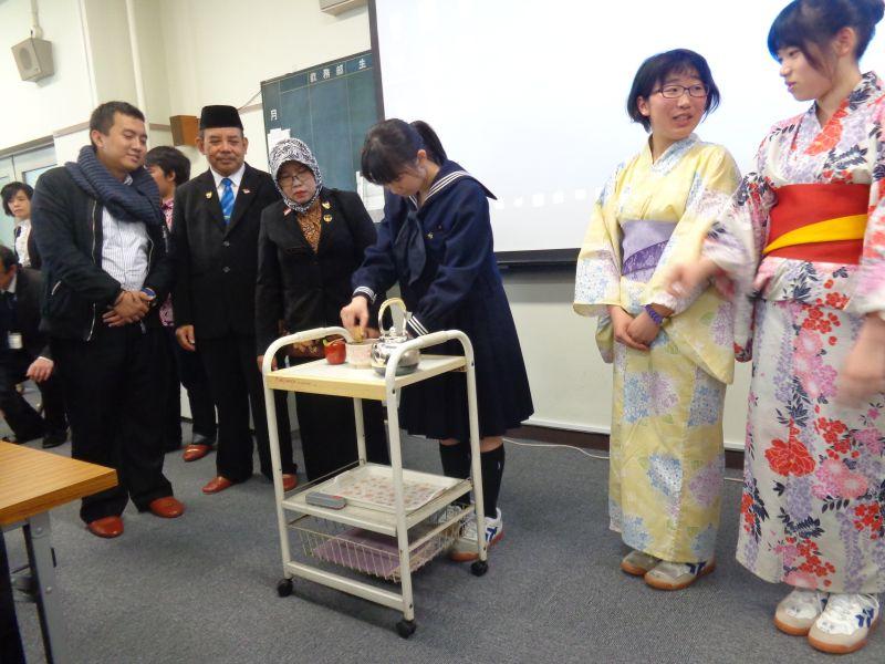 Peragaan cara meminum teh oleh salah satu klub kegiatan ekstrakurikuler di SMP Otsuka